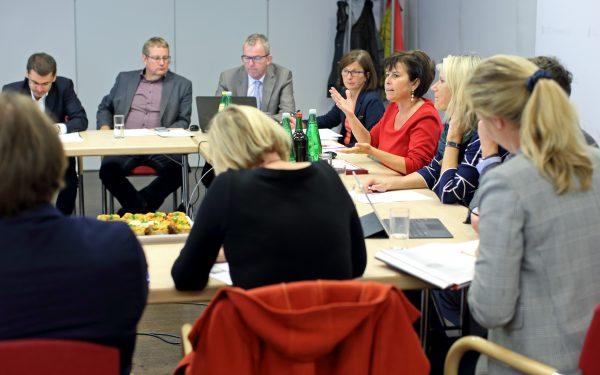 """AT: """"Runder Tisch zur Personalgewinnung in der Altenpflege und -betreuung"""""""