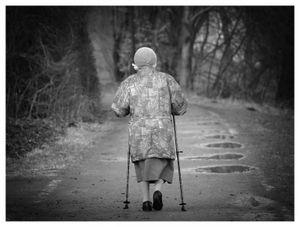 Seniorin: Häufig Opioide gegen Schmerzen (Foto: pixelio.de, Manfred Schimmel)