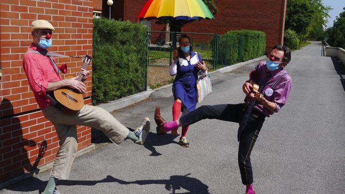 ROTE NASEN Clowns statten dem SMZ Ost in Wien einen fröhlichen Gartenbesuch ab.